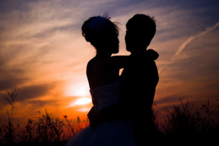 Couple-silhouettes-at-the-sunset_1088-182