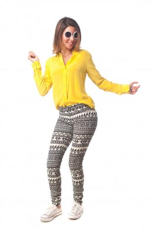 Young-cool-woman-dancing_1194-2275